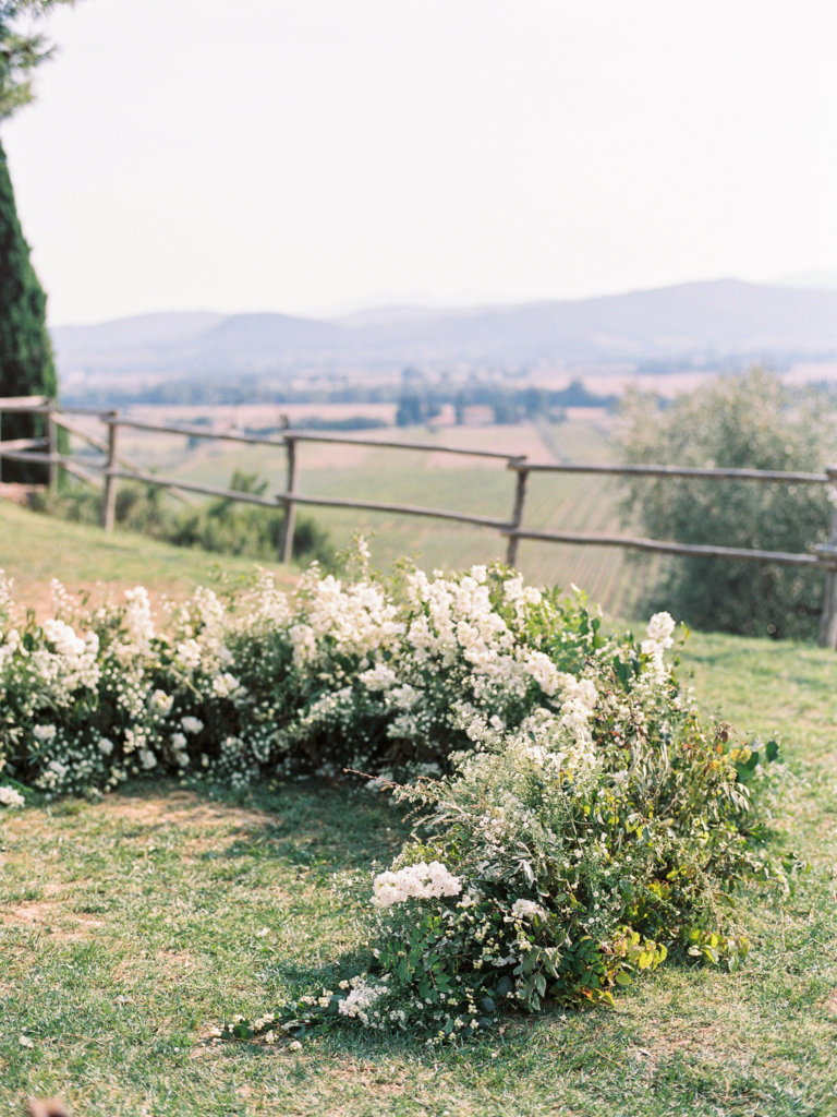 ground floral arch - wedding in Tuscany